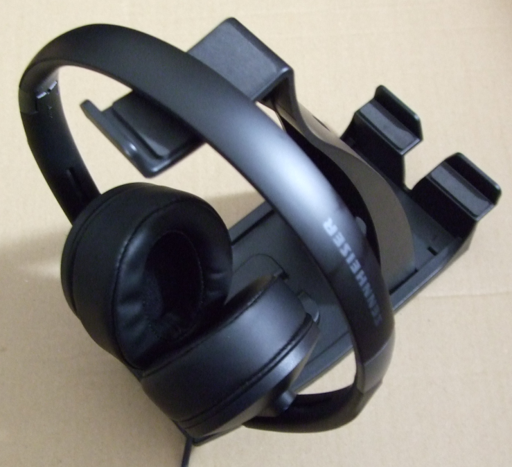 sennheiser_hd420_on_a_stand